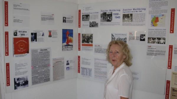 2021 08 06 Monika Oetke vor Ausstellungstafel
